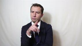 De knappe jonge zakenman denkt actief over het probleem en het juiste besluit komt aan hem stock video