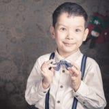 De knappe jongen kleedde zich goed in Kerstmistijd Stock Fotografie