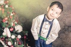 De knappe jongen kleedde zich goed in Kerstmistijd Royalty-vrije Stock Fotografie