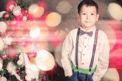 De knappe jongen kleedde zich goed in Kerstmistijd Royalty-vrije Stock Afbeeldingen