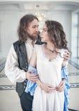De knappe man in middeleeuws kostuum ontkleedt mooie vrouw royalty-vrije stock foto's
