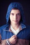 De knappe manier van de mensen donkere winter, die kapjasje dragen Royalty-vrije Stock Afbeelding