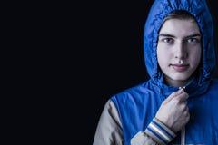 De knappe manier van de mensen donkere winter, die kapjasje dragen Royalty-vrije Stock Foto's