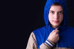 De knappe manier van de mensen donkere winter, die kapjasje dragen Stock Afbeelding