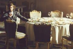 De knappe mens drinkt wijn royalty-vrije stock foto