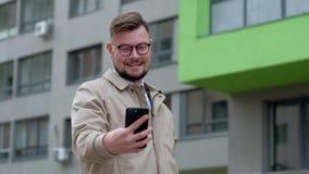 De knappe mens neemt grappige selfiefoto's stock video