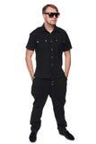 De knappe mens in overhemd en zonnebril die in volledige lengte stellen met dient zakken, maniermens in Geïsoleerd over witte ach royalty-vrije stock foto
