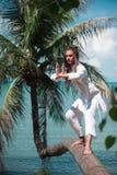 De knappe mens praktizeert qigong op een palm royalty-vrije stock foto