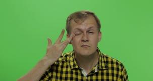 De knappe mens zonder glazen ziet slecht Twee in: 1 Slecht zichtconcept stock video