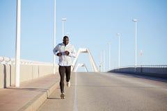 De knappe mensenlooppas in de ochtend op de brug Stock Foto's