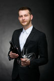 De knappe romantische fles van de mensenholding en glazen wijn Royalty-vrije Stock Afbeelding