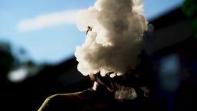 De knappe rook van vaperslagen door zijn neus stock footage
