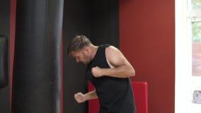 De knappe sexy mens slaat een het worstelen peer stock footage