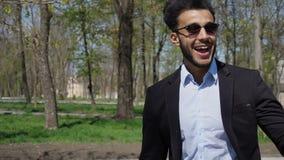 De knappe student ging na examen door het park royalty-vrije stock foto's