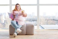 De knappe vrouw die van Nice een smakelijke snack hebben royalty-vrije stock foto's