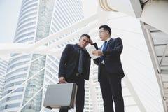 De knappe werknemer of de zakenman worden verward en doesn't und royalty-vrije stock fotografie