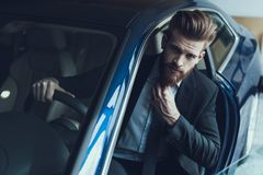 De knappe Zakenman in Auto houdt Baard en Roer royalty-vrije stock fotografie