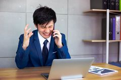 De knappe zakenman wordt boos zo veel wanneer klant of employe stock afbeelding