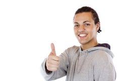 De knappe zwarte gekleurde tiener houdt duim tegen. Stock Afbeeldingen