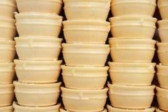 De knapperige achtergrond van roomijs 's kegels. royalty-vrije stock afbeelding