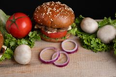 De knapperige broodjes van de paddestoelhamburger, gezonde maaltijd voor vegetariër stock afbeelding