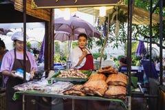 De knapperige Thaise Winkel van de varkensvleesbuik bij de Thaise markt stock afbeeldingen