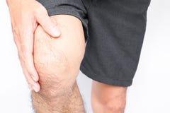 De knie van de de handgreep van de close-upmens met pijnsymptoom, gezondheidszorg en me royalty-vrije stock foto's