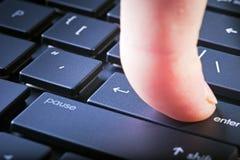 De knoop gaat op fragment van computertoetsenbord binnen Royalty-vrije Stock Afbeelding