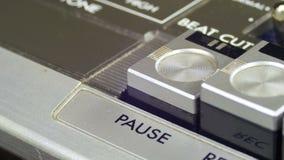 De Knopen van de de Pauzecontrole van vingerpersen op Audiocassettespeler stock video