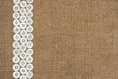 De knopen van het paarlemoer op stoffentextuur Stock Foto's