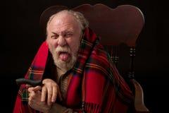 De knorrige oude mens plakt uit tong Royalty-vrije Stock Fotografie