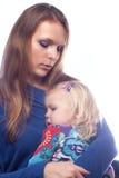 De knuffel van het mamma zijn kleine dochter. royalty-vrije stock afbeeldingen