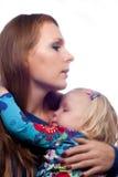 De knuffel van het mamma zijn kleine dochter. stock afbeeldingen