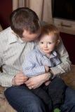 De knuffelende zoon van de vader stock fotografie
