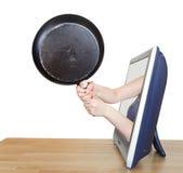 De koekepan in vrouwelijke handen leunt TV-uit het scherm Stock Afbeeldingen