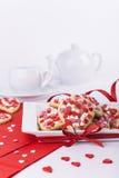 De koekjes, de kop en de theepot van de valentijnskaartendag op witte achtergrond Royalty-vrije Stock Fotografie