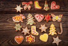 De koekjes die van de peperkoek over houten achtergrond hangen Stock Foto