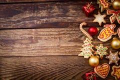 De koekjes die van de peperkoek over houten achtergrond hangen Stock Foto's