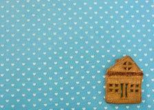 De koekjes die van de Kerstmisgember op een blauwe achtergrond liggen stock foto