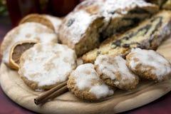 De koekjes en de cake van Kerstmis Stock Foto's