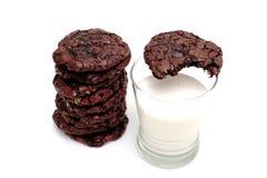 De Koekjes en de Melk van de chocolade Royalty-vrije Stock Fotografie