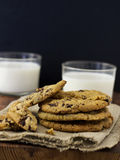 De Koekjes en de Melk van de Chocoladeschilfer royalty-vrije stock fotografie