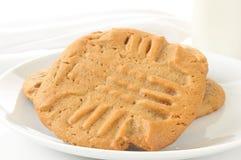 De koekjes en de melk van de Pindakaas Stock Fotografie