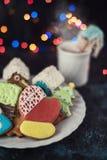 De koekjes en de kop thee van Kerstmis Royalty-vrije Stock Foto's
