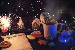 De koekjes en de kop thee van Kerstmis Royalty-vrije Stock Afbeeldingen
