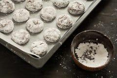 De koekjes het voorbereiden van van het Chocolade 'Rode fluweel crincles' in gepoederde suiker Stock Afbeeldingen