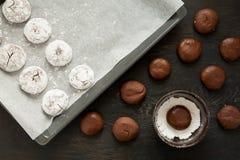 De koekjes het voorbereiden van van het Chocolade 'Rode fluweel crincles' in gepoederde suiker Royalty-vrije Stock Foto