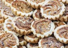 De koekjes met het vullen en de suiker van de karamelroom bestrooit Royalty-vrije Stock Afbeelding