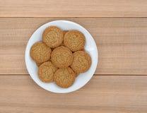 De koekjes van de appeltaartkorst op een plaat en picknicklijst royalty-vrije stock foto