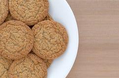 De koekjes van de appeltaartkorst op een witte plaat stock foto's